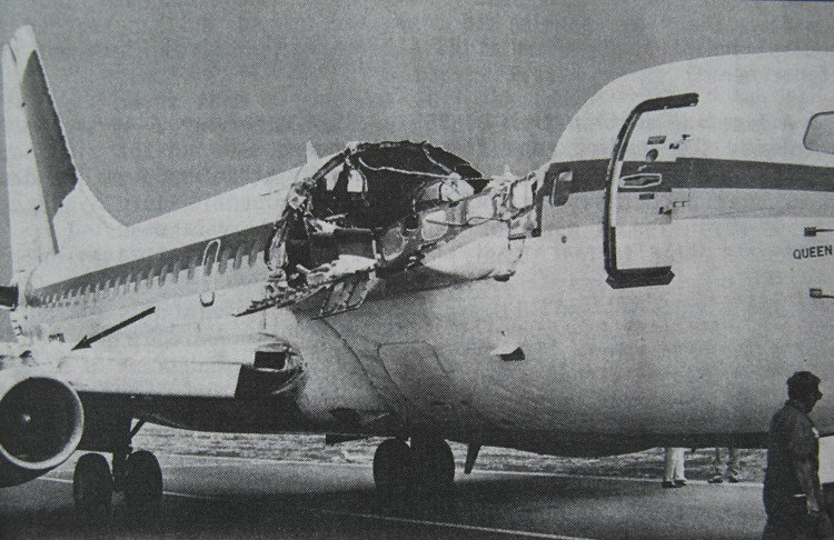 https://upload.wikimedia.org/wikipedia/commons/1/1e/Aloha_Airlines_Flight_243_fuselage.png